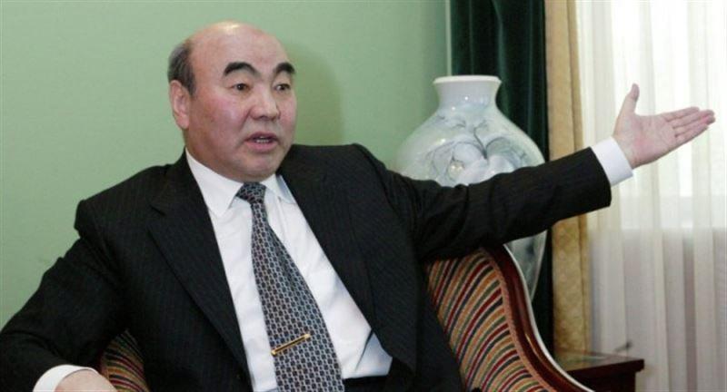 ВИДЕО: Қырғызстанның тұңғыш президентіне жерлестері жұмыртқа лақтырды