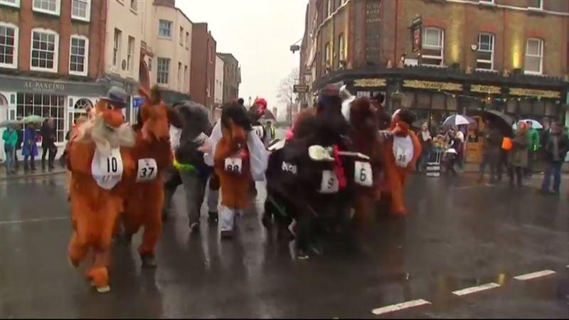 В Лондоне прошли гонки в костюмах лошадей
