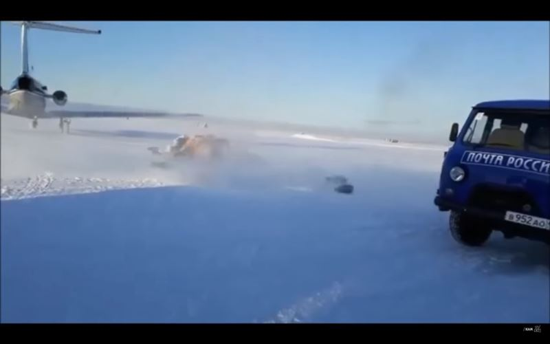 ВИДЕО: самолет разбросал посылки по взлетной полосе