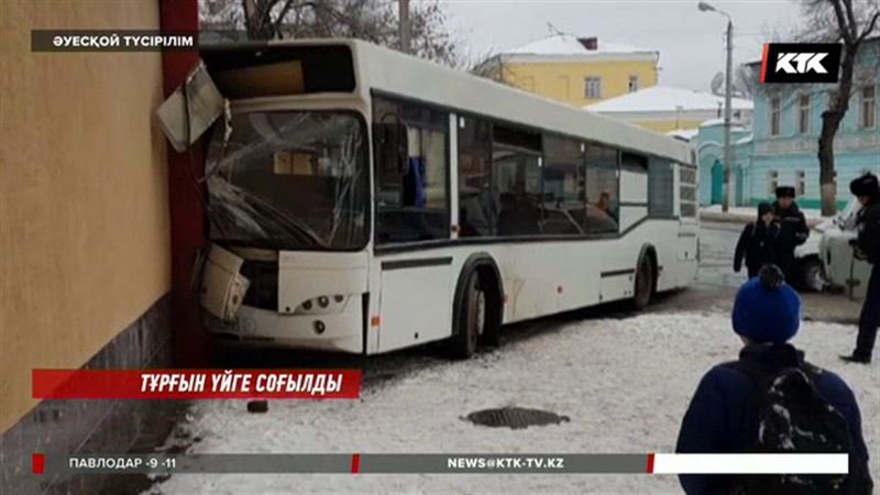 Оралда жолаушылар автобусы көпқабатты үйге барып соғылды