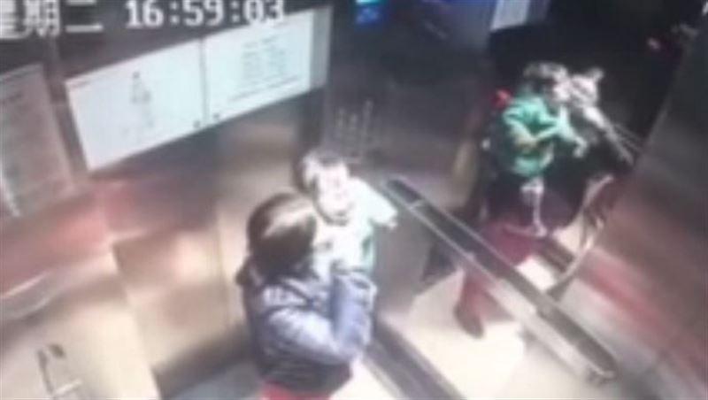 ШОК: Избиение няней малыша в лифте попало на видео