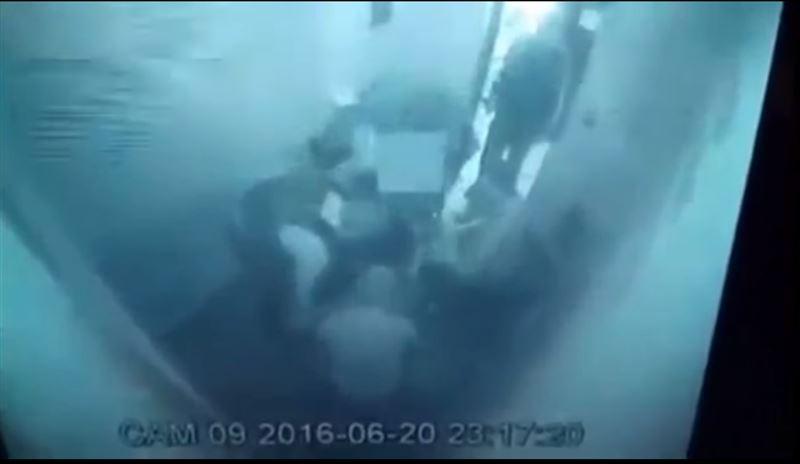 ШОК: полицейские случайно отрубили задержанному пальцы