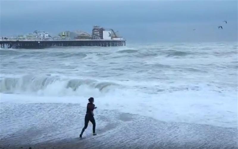 Молодая англичанка чуть не погибла, спасая собаку из штормового моря