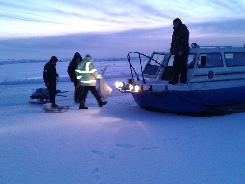 На озере Балхаш спасли унесенных на льдине рыбаков