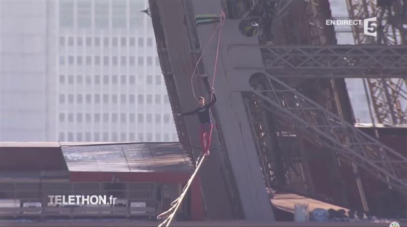 ШОК: французский трюкач прошелся по нейлоновой стропе от Эйфелевой башни через Сену