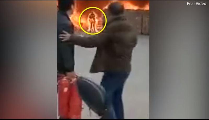 На жутких кадрах запечатлен горящий мужчина, который выходит из пожара