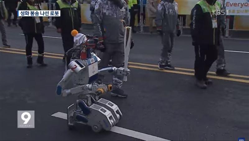 Робот пронес Олимпийский факел в Южной Корее