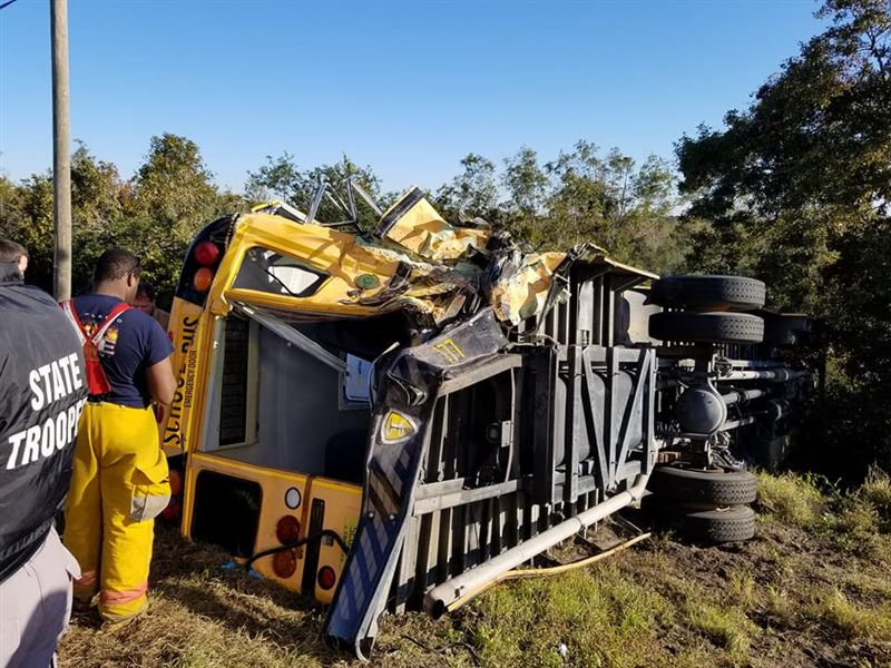 Грузовик протаранил школьный автобус во Флориде: пострадали 22 человека