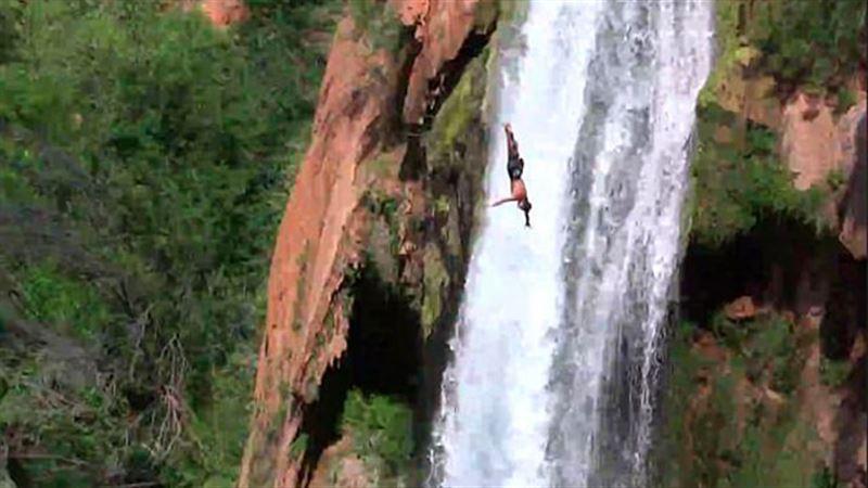Мужчина прыгнул с водопада в Большом Каньоне в память о погибшем при таком же прыжке друге