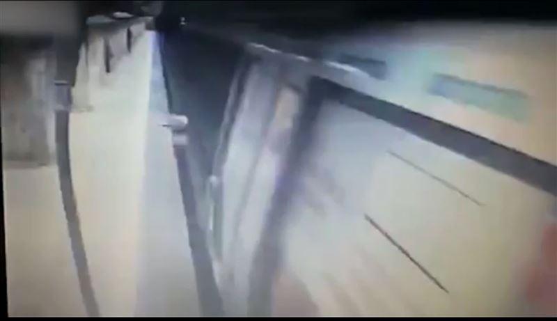 ВИДЕО (18+): қызды метрода пойыздың астына итеріп жіберді