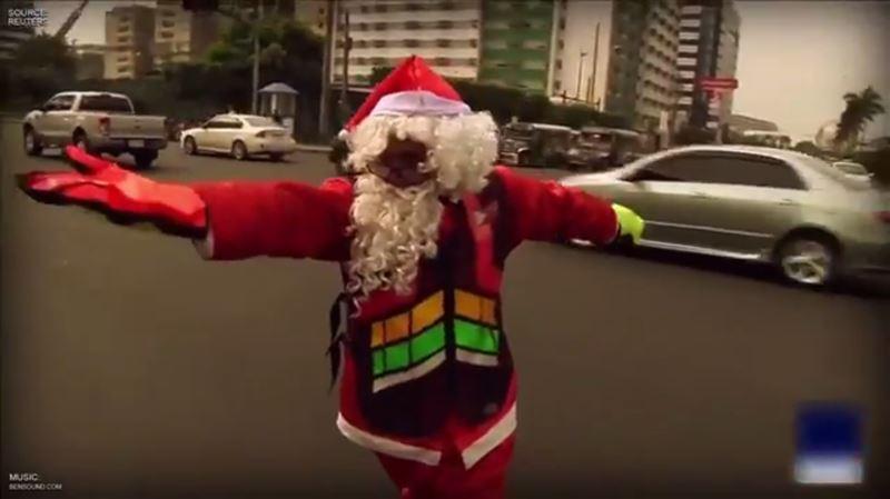 Полицейский патрулировал движение в костюме Санта Клауса