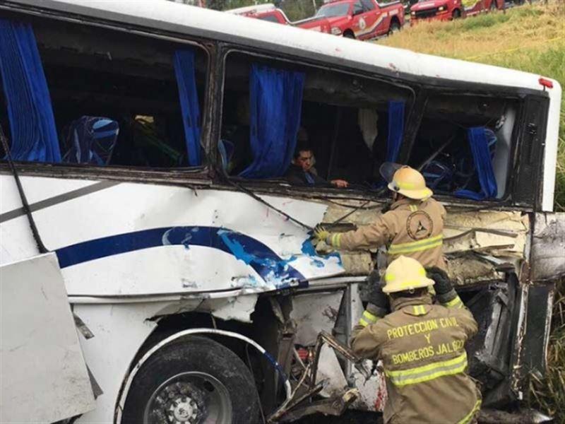 В Мексике поезд протаранил автобус с детьми. Есть жертвы