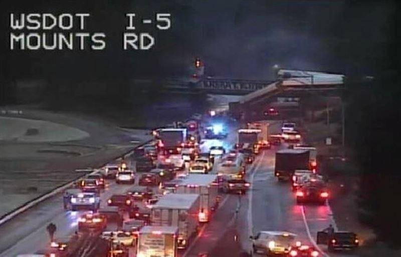 ФОТО: В Вашингтоне пассажирский поезд упал с моста на автостраду