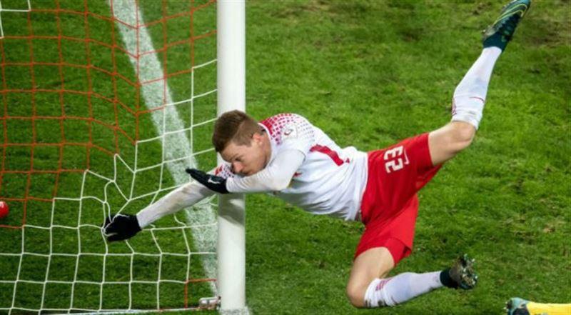ВИДЕО: В Германии футболист забил гол, сломав руку в трёх местах