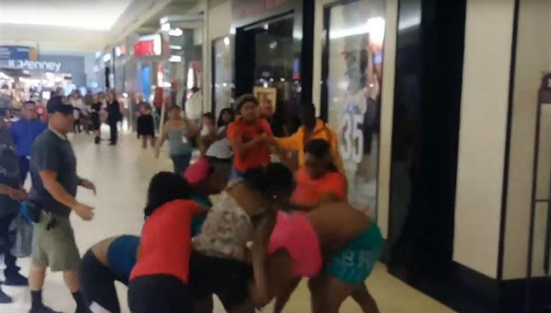 В одном из торговых центров в США произошла массовая драка среди женщин-покупательниц