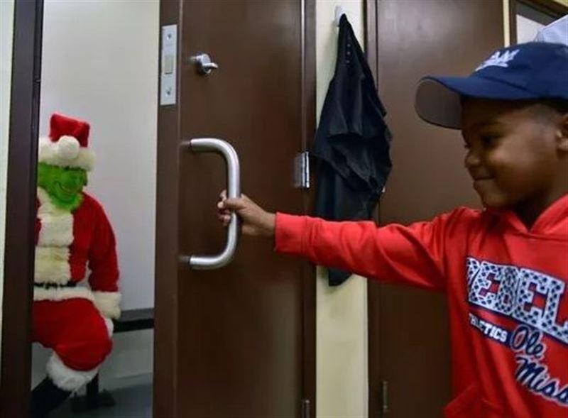 В США 5-летний мальчик вызвал 911, испугавшись, что Гринч украдет Рождество
