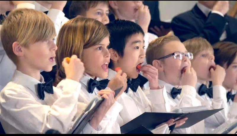 ВИДЕО: Детский хор накормили острым перцем и заставили исполнить рождественскую песню