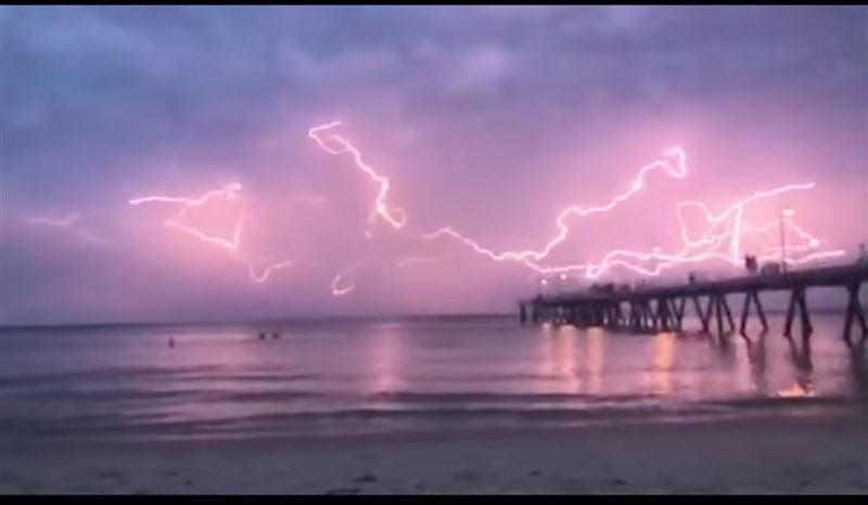 Невероятный «танец молний» удалось запечатлеть на видео