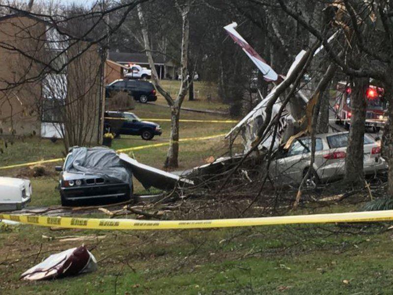 Самолет рухнул на припаркованные автомобили в США