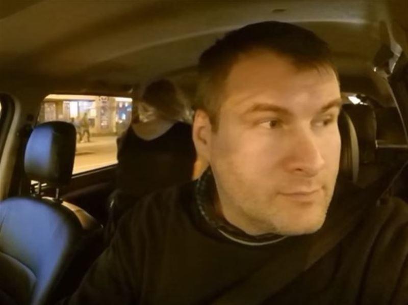 ВИДЕО (18+): Таксист помешал пассажирам заняться сексом в машине