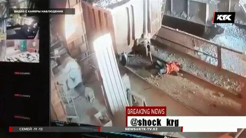 На «Казахмысе» рабочего зажало двумя вагонами