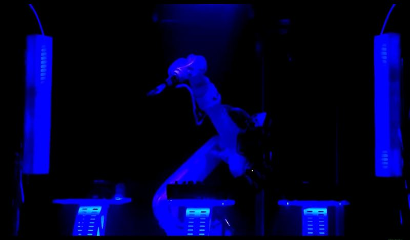 Робот-диджей впервые выступил в клубе