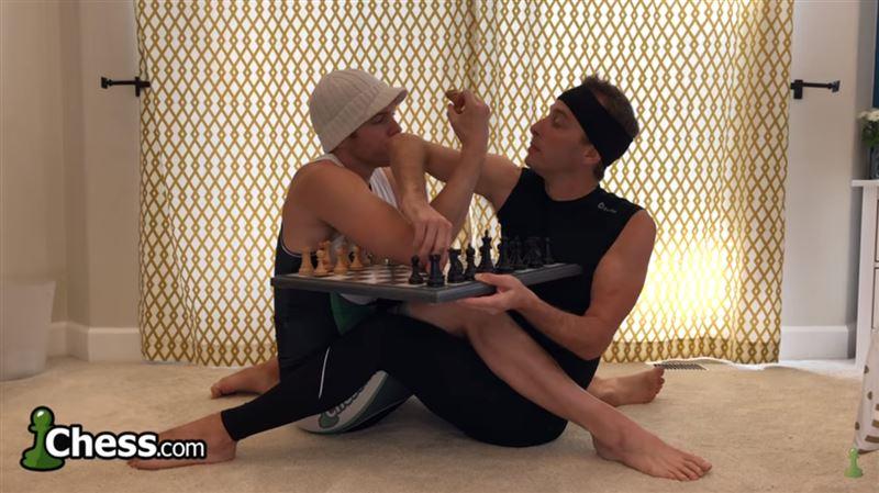 Шахматисты сыграли партию, сидя в позе логотипа ФИДЕ