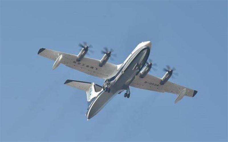 ВИДЕО: Самый крупный в мире самолет-амфибия впервые поднялся в воздух
