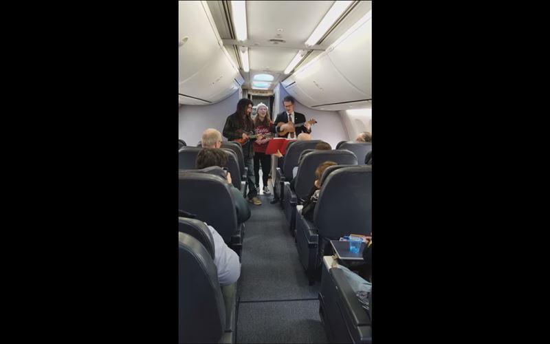 ВИДЕО: Бортпроводник сыграл на укулеле, чтобы скрасить ожидания пассажиров, застрявших в самолете