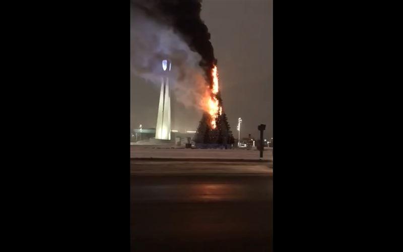 ВИДЕО: В Астане новогоднюю елку охватило огнем