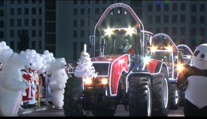 ВИДЕО: В Минске Деды Морозы проехали на тракторах