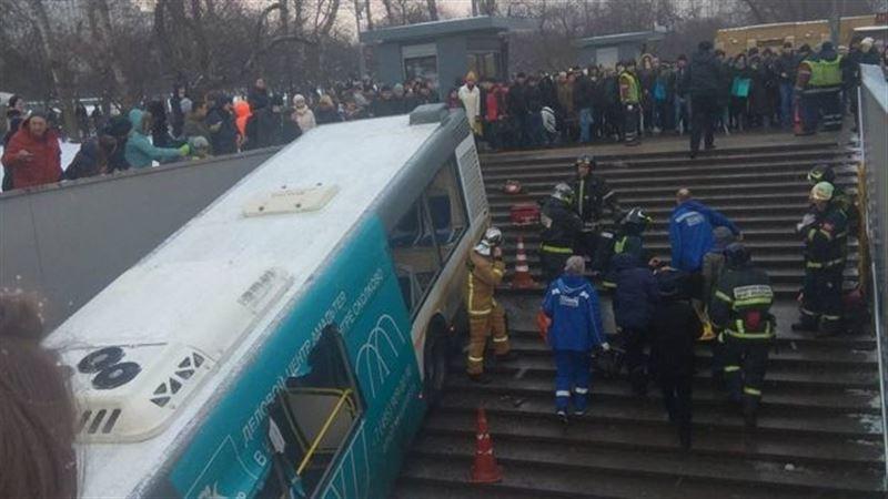 ШОК: Пассажирский автобус въехал в подземный переход