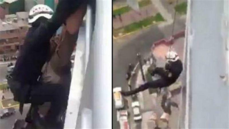 ВИДЕО: Спасатели не смогли удержать самоубийцу и он сорвался с высоты 15 этажа