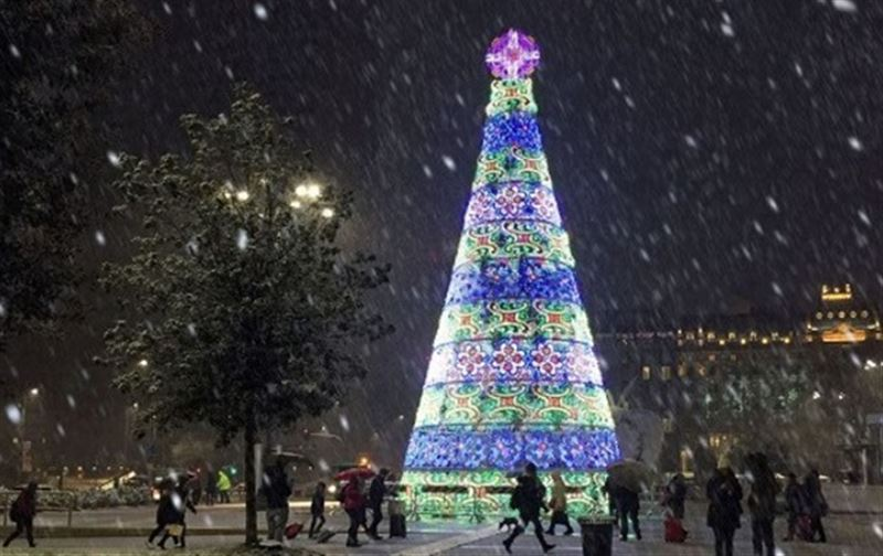 В Милане беженец попытался снять крест с рождественской елки