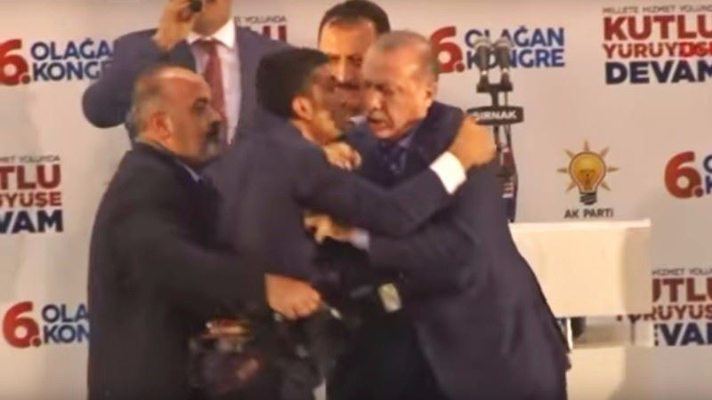 В Турции охранники скрутили мужчину, который полез обниматься к Эрдогану