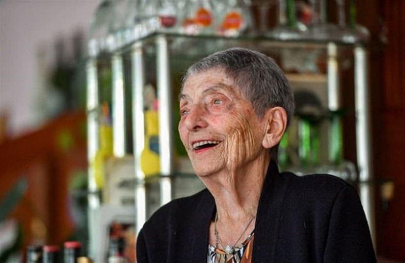 100-летняя француженка работает барменшей