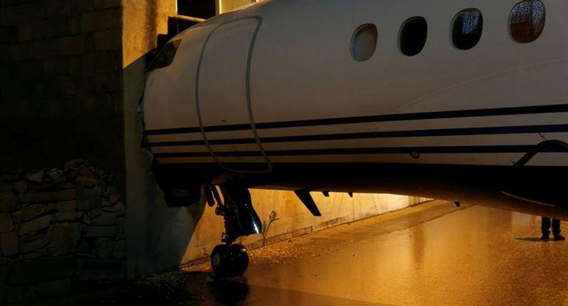ВИДЕО: Самолет протаранил здание