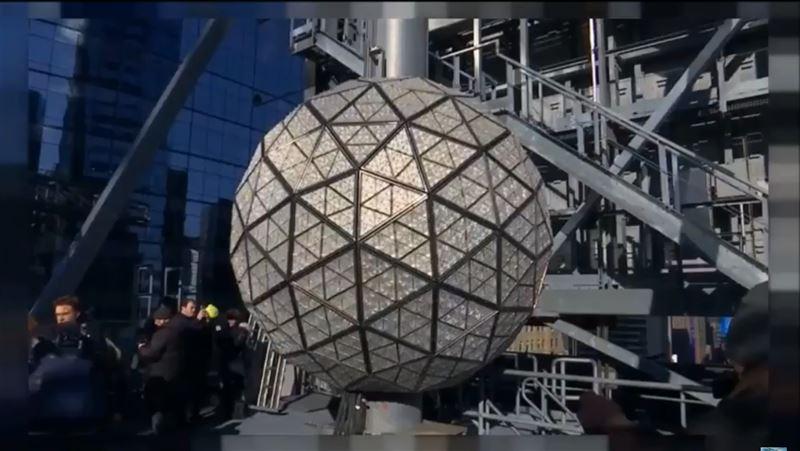 «Подарок безмятежности» – новогодний хрустальный шар – установили в Нью-Йорке