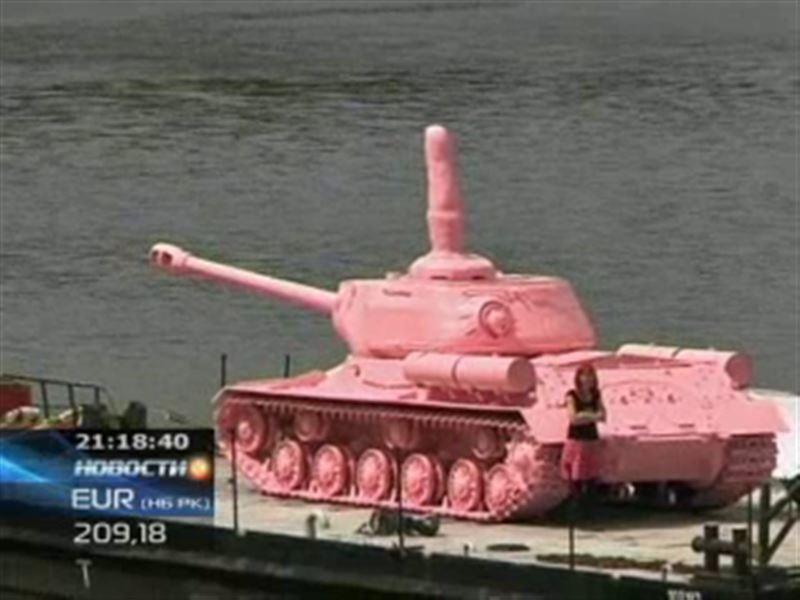 К 20-летию со дня вывода советских войск из Чехии в Прагу вернули  розовый танк