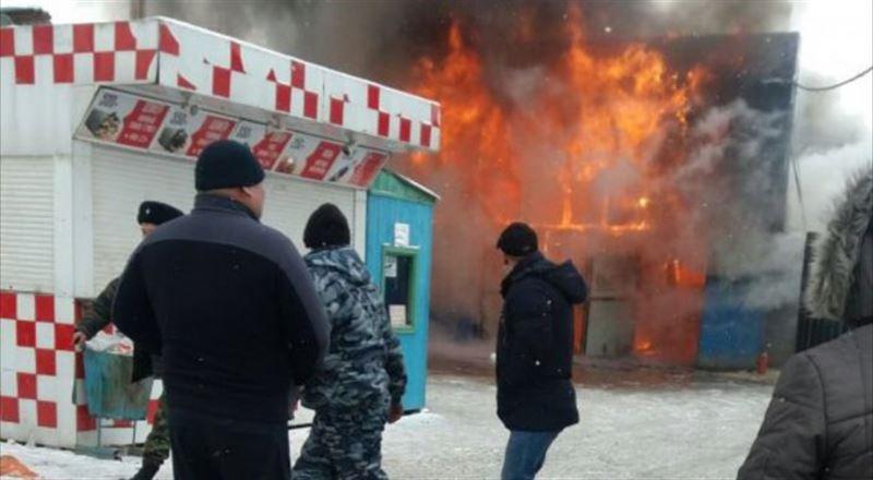 """Видео: Алматыдағы """"Үш-қоңыр"""" базарында өрт шықты"""