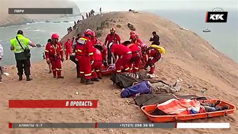 В Перу автобус с пассажирами сорвался со скалы