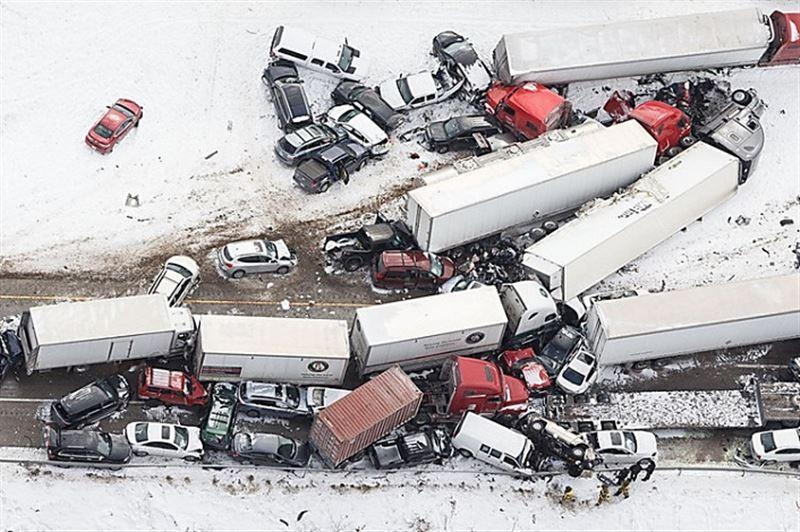 ШОК: В США на трассе столкнулись 35 авто, есть погибший