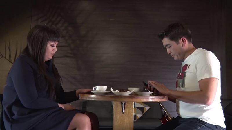 ВИДЕО: Белгілі журналист Замираны сұхбатқа шақырып, одан төсек қатынасы туралы сұрады
