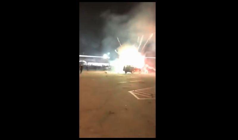 ВИДЕО: Петарда попала в багажник авто, в котором было 600 фейерверков