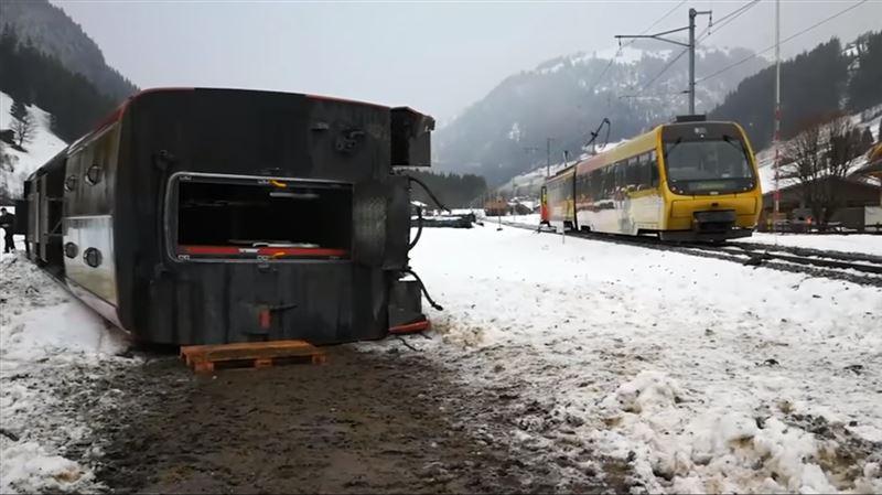 В Швейцарии сильный ураган снес поезд с рельсов