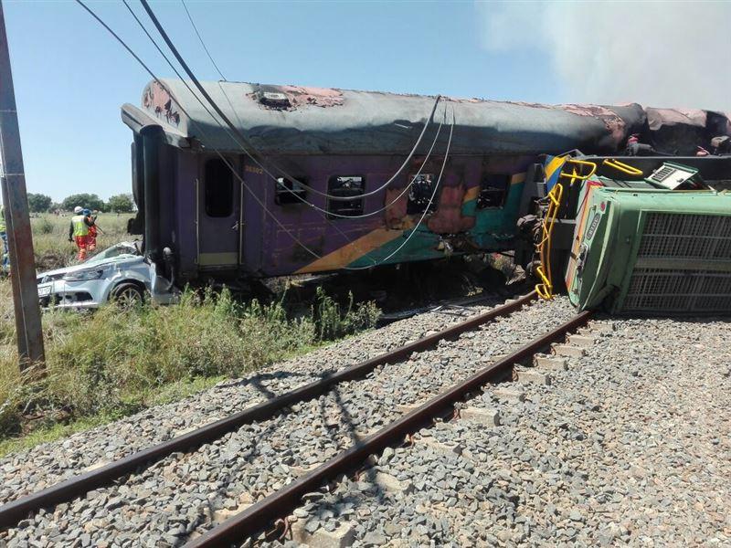 ФОТО: В ЮАР поезд сошел с рельсов. Почти 100 человек пострадали