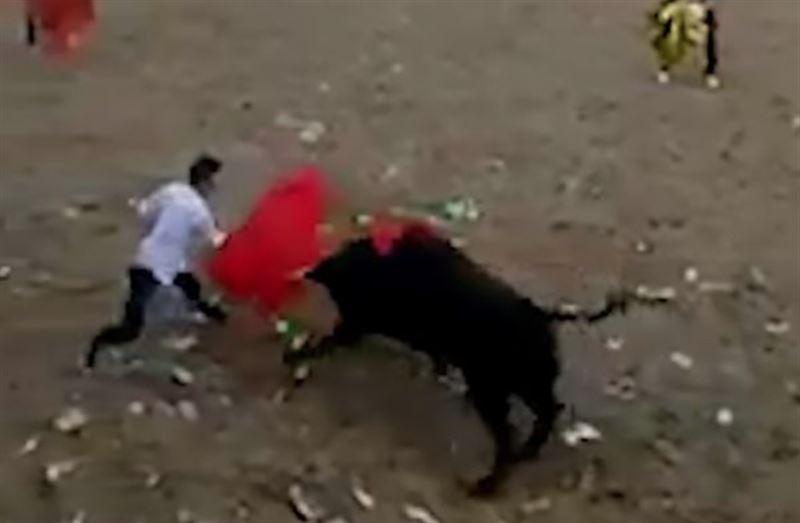 ВИДЕО (18+): В Колумбии бык насмерть затоптал тореадора