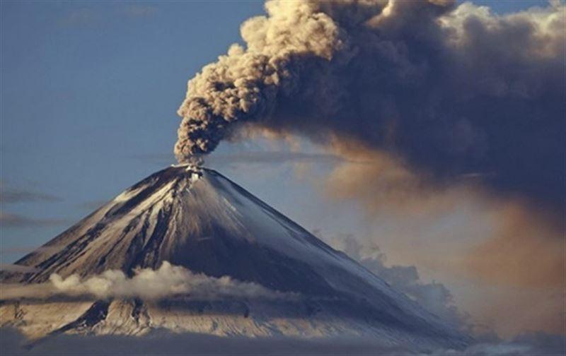 На 90 километров протянулся шлейф пепла от вулкана на Камчатке