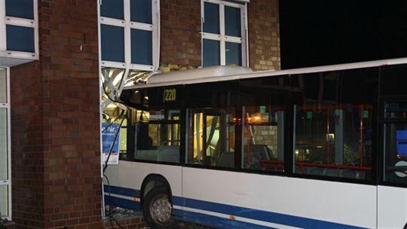 В Германии автобус протаранил четыре автомобиля, а после врезался в здание банка