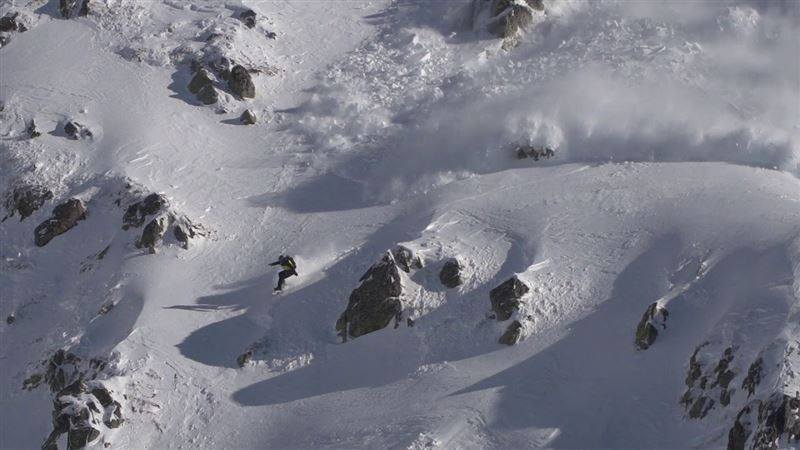 ВИДЕО: Сноубордист вызвал лавину в Пиренеях и едва не погиб